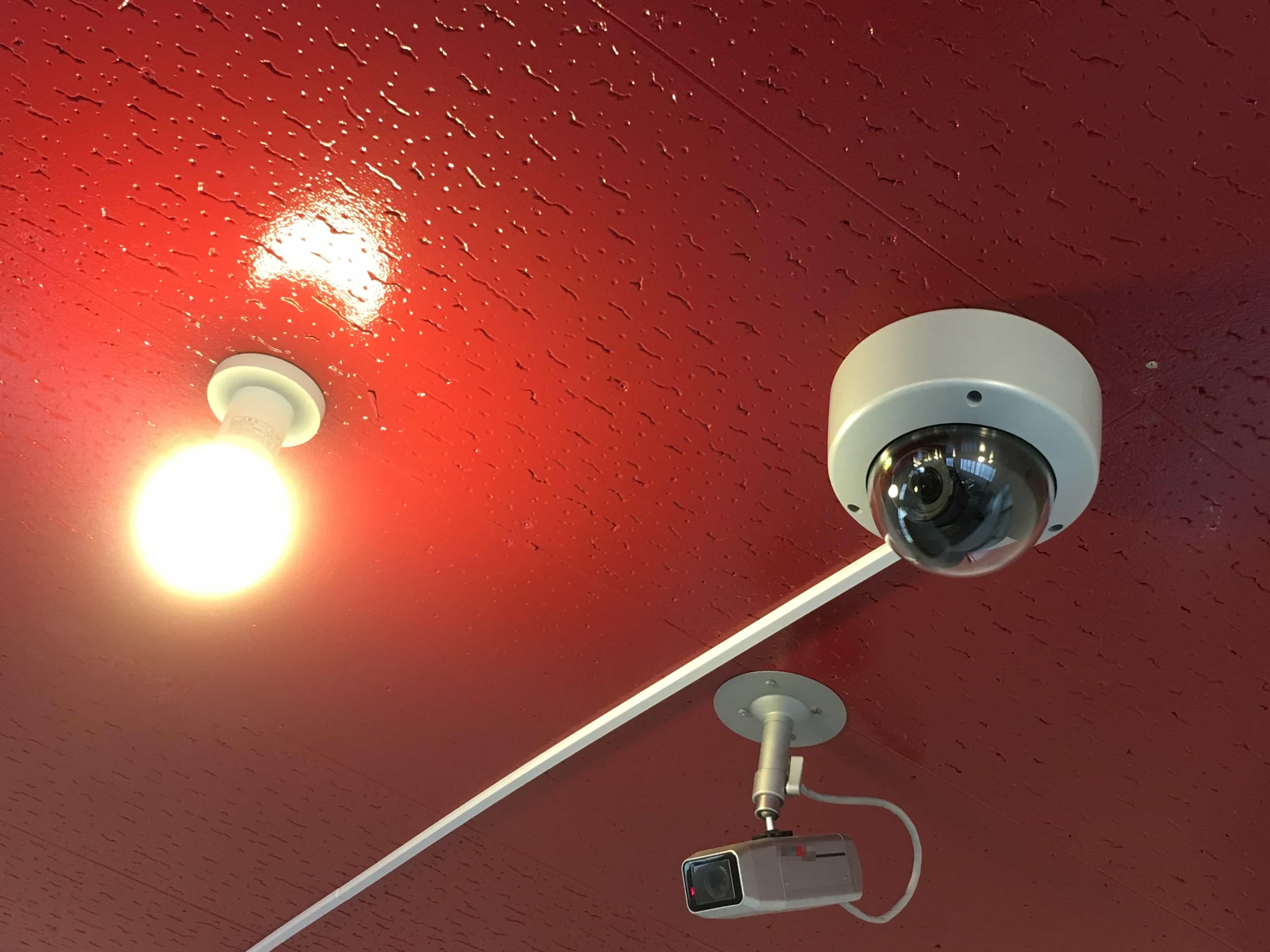 既存のカメラとおよそ同じ位置に設置しました。カメラからの信号がアナログ信号がデジタル信号に変わることで,パソコン上でスムーズに管理できるようになりました。
